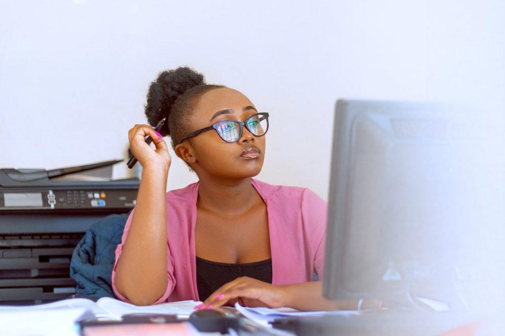 Femme au bureau sur un ordinateur